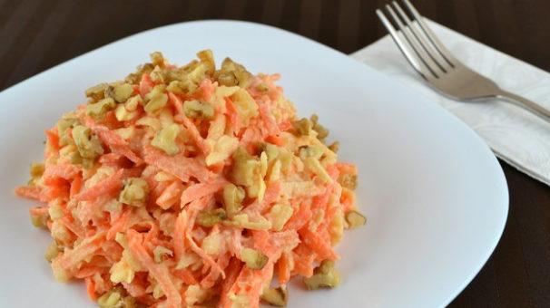 салат из яблок, моркови и орехов